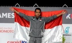 Perenang Indonesia Siman Sudartawa saat acara pengalungan medali untuk Renang 50 meter gaya punggung Sea Games 2017 di National Aquatic Centre, Kuala Lumpur, Senin (21/8).