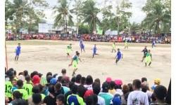 Pertandingan sepak bola dalam ajang Gala Desa di Kepulauan Aru, Maluku, Sabtu (15/7).
