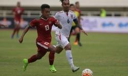 Pesepak bola Timnas U-22 Indonesia Febri Hariyadi (kiri) menggiring bola dibayangi pesepak bola Timnas Myanmar Yan Aung Kyaw pada pertandingan persahabatan di Stadion Pakansari, Cibinong, Bogor, Jawa Barat, Selasa (21/3).