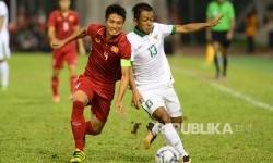 Pesepakbola Indonesia Febri Hariyadi berebut bola dengan pesepakbola Vietnam pada pertandingan Sepakbola SEA Games Kuala Lumpur 2017 di Stadion Majelis Perbendaharaan Selayang, Malaysia, Selasa (22/8) malam.