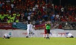 Pesepakbola Indonesia melakukan sujud syukur usai bertanding melawan Vietnam pada pertandingan Sepakbola SEA Games Kuala Lumpur 2017 di Stadion Majelis Perbendaharaan Selayang, Malaysia, Selasa (22/8) malam.
