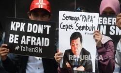 Peserta aksi yang tergabung dalam Koalisi Masyarakat Sipil Antikorupsi melakukan aksi di depan Gedung KPK, Jakarta, Kamis (14/9).