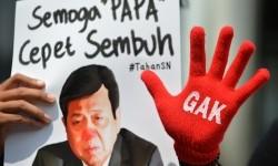 Peserta aksi yang tergabung dalam Koalisi Masyarakat Sipil Antikorupsi membawa poster bergambar Ketua DPR Setya Novanto ketika melakukan aksi di depan Gedung KPK, Jakarta, Kamis (14/9).