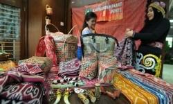 Peserta pameran industri kreatif menunjukan hasil kerajinannya dalam pameran produk ungulan di Kementerian Perindustrian.