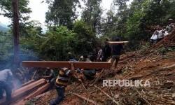 Petugas Balai Besar Taman Nasional Gunung Leuser (BBTNGL) Kementerian Kehutanan mengangkut kayu olahan milik pembalak liar (Ilegal logging) ketika melakukan patroli di kawasan Telaga Bekancan, Taman Nasional Gunung Leuser (TNGL), Kabupaten Langkat, Sumatera Utara, Senin (22/5).