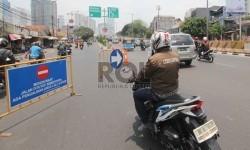 Petugas Dinas Perhubungan (Dishub) melakukan pengaturan arus lalu lintas saat Uji Coba pemberlakukan pengalihan arus lalu lintas di Kawasan Flyover Karet, Tanah Abang, Jakarta, Rabu (30/9).