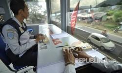 Petugas Dinas Perhubungan menghitung kendaraan yang melintas di Jalan Nagreg, Kabupaten Bandung, Selasa (20/6).