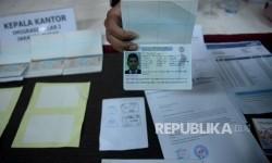 Petugas imigrasi menunjukan barang bukti dan tersangka saat rilis sindikat internasional pemalsuan dokumen keimigrasian di Kantor Imigrasi Jakarta Pusat, Rabu (18/1).