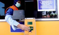 Petugas Jasa Marga membantu pengendara melakukan transaksi nontunai menggunakan e-toll di Gerbang Tol Citeureup 2, Citeureup, Kabupaten Bogor, Jawa Barat, Jumat (22/9).