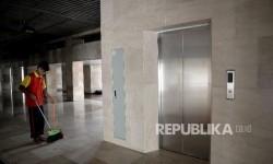 Petugas kebersihan menyapu lantai di sekitar lift khusus Raja Arab Saudi Salman Bin Abdul Aziz Al-Saud di Masjid Istiqlal, Jakarta, Ahad (26/2).