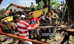 Petugas kepolisian dibantu warga melakukan evakuasi korban kecelakaan tabrakan beruntun di Jalan Raya Sukabumi, Kecamatan Gekbrong, Kabupaten Cianjur Jawa Barat, Sabtu (30/7).