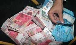 Petugas kepolisian saat mengamankan uang palsu dari pengedar di Jawa Barat.