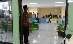 Petugas KPPS di Pulau Pramuka Kepulauan Seribu mengarahkan warga masuk bilik suara di 06. Ada 443 masuk daftar pemilih tetap yang terdiri dari Perempuan 224 dan Laki-laki 218.
