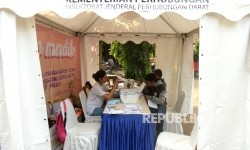 Petugas melayani pendaftar mudik gratis (ilustrasi)