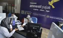 Petugas melayani wajib pajak untuk memperoleh informasi mengenai kebijakan amnesti pajak (tax amnesty) di Help Desk Kantor Pelayanan Pajak, Jakarta Pusat, Senin (22/8).