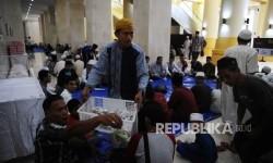 Petugas membagikan Takjil saat akan digelar berbuka puasa bersama di Masjid Habbul Wathan Isalmic Center, Mataram, Lombok, Nusa Tenggara Barat, Sabtu (27\5)