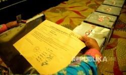 Petugas memeriksa berita acara seusai rekapitulasi penghitungan suara tingkat kota Pemilihan Gubernur dan Wakil Gubernur DKI Jakarta putaran dua di Ancol, Jakarta, Kamis (27/4).