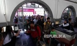Petugas memeriksa tiket calon penumpang di Stasiun Pasar Senen, Jakarta, Selasa (20/6).