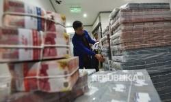 Petugas memeriksa uang di 'cash center' Plaza Mandiri, Jakarta, Rabu (23/8). Kementerian Keuangan mencatat, penambahan utang neto selama Agustus 2017 tercatat sejumlah Rp 45,81 triliun.