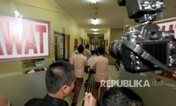 Petugas memindahkan korban ledakan bom Terminal Kampung Melayu saat tiba di Instalasi Gawat Darurat (IGD) untuk mendapatkan perawatan di RS Polri Kramatjati, Jakarta, Kamis (25/5).