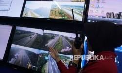 Petugas memonitoring arus kendaraan melalui CCTV di Posko Terpadu Palimanan, Cirebon, Jawa Barat, Selasa (20/6).
