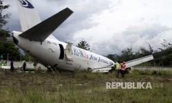 Petugas mengevakuasi pesawat kargo jenis boeing 737-301F dengan kode lambung PK-YGG milik maskapai penerbangan Tri-MG Asia Airlines yang tergelincir di Bandara Wamena, Wamena, Papua, Selasa (18/7).