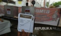 Petugas menunjukan suara saat pemungutan suara ulang (PSU) putaran kedua Pilkada DKI Jakarta di TPS 01 Gambir, Jakarta, Sabtu (22/4).