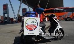 Petugas menyiapkan motor pembawa Bahan Bakar Minyak (BBM) di SPBU Rest Area Km 19 Jalan Tol Jakarta - Cikampek, Selasa (20/9)