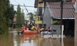 Petugas SAR gabungan Kota Bekasi mengevakuasi warga menggunakan perahu karet saat banjir merendam kawasan Perumahan Dosen IKIP, Jati Kramat, Kota Bekasi, Jabar, Selasa (21/2).