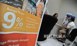 Petugas sedang berbincang dengan debitur di kantor penyaluran Kredit Usaha Rakyat (KUR) di salah satu bank penyalur KUR. ilustrasi.
