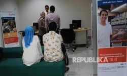 Petugas sedang berbincang dengan debitur di kantor penyaluran Kredit Usaha Rakyat (KUR) salah satu bank di Jakarta (ilustrasi)
