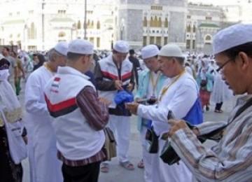 Petugas posko haji Telkomsel memberikan layanan di Masjidil Haram, Makkah. (ilustrasi)