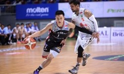 Point guard W88.News Aspac Andakara Prastawa Dhyaksa (kiri) berusaha melewatu point guard Hangtuah Sumsel Kelly Purwanto.