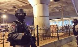 Polisi berjaga di tempat kejadian perkara ledakan bom di dekat Terminal Kampung Melayu, Jakarta, Rabu (24/5).