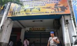 Polisi berjaga didepan toko reparasi airsoft gun pascaperistiwa penembakan terhadap pemilik toko, di Medan, Sumatera Utara, Rabu (18/1).