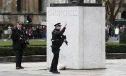 Polisi bersenjata lengkap saat insiden penyerangan berlangsung di Jembatan Westminster, London.