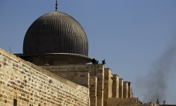 Polisi Israel mengambil posisi di atap al-Aqsa (ilustrasi).