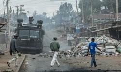 Polisi melakukan patroli di Nairobi, Kenya.