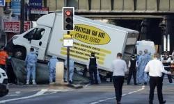 Polisi memeriksa van putih yang menabrak pejalan kaki usai shalat di Masjid Finsbury Park, London, Inggris.