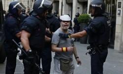 Polisi Spanyol mengamankan sala seorang demonstran usai serangan sebuah Van di pusat kota Barcelona, Spanyol, Jumat (18/8).