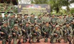 Prajurit TNI AD Yonif 614/Raja Pandhita berfoto bersama Tentara Diraja Malaysia.