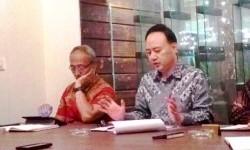 Presiden Direktur Samindo Resources Kim Jung Gyun (kanan) didampingi Direktur Independen Samindo Resources Ahmad Saleh, menjelaskan rencana ekspansi bisnis kepada awak media, di Jakarta, Rabu (26/7).