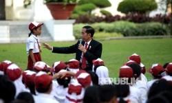 Presiden Joko Widodo berinteraksi dengan sejumlah anak-anak Indonesia