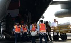 Presiden Joko Widodo didampingi Menko PMK Puan Maharani, Menlu Retno Marsudi, dan Panglima TNI Gatot Nurmantyo melihat persiapan pengiriman bantuan kemanusiaan untuk pengungsi Rohingya di Pangkalan TNI AU, Bandara Halim Perdanakusumah, Jakarta, Rabu (13/9)