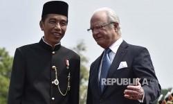 President Joko Widodo (left) is having a conversation with Swedish King Carl XVI Gustaf at Bogor Palace, West Java, Monday (May 22).