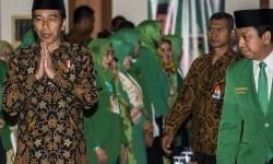 Presiden Joko Widodo (kiri) didampingi Ketua Umum PPP M Romahurmuziy (kanan).