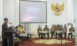 Presiden Joko Widodo (kiri) memberikan arahannya pada sidang kabinet paripurna di Istana Kepresidenan, Bogor, Jawa Barat, Senin (23/11).