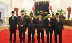 Presiden Joko Widodo melantik menteri kabinet baru hasil reshuffle di Istana Negara, Jakarta, Rabu (12/8).   (Republika/Edwin Dwi Putranto)
