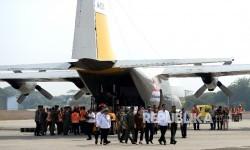 Presiden Joko Widodo melihat persiapan pengiriman bantuan kemanusiaan untuk pengungsi Rohingya di Pangkalan TNI AU, Bandara Halim Perdanakusumah, Jakarta, Rabu (13/9).