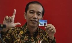Presiden Joko Widodo menunjukkan kartu keanggotaan Perpustakaan Nasional disela peresmian di Jakarta, Kamis (14/9).